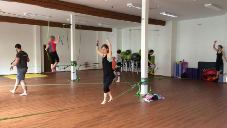 Pravidelné Indoor slackline kurzy v Be balanced!
